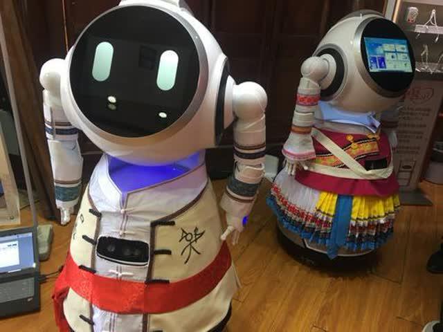 智能机器人小丽、小江亮相丽江古城5