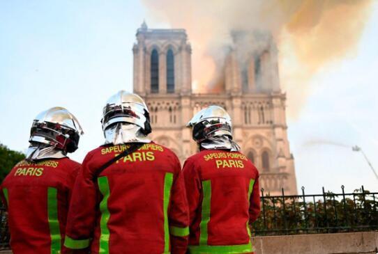 巴黎圣母院大火被扑灭1