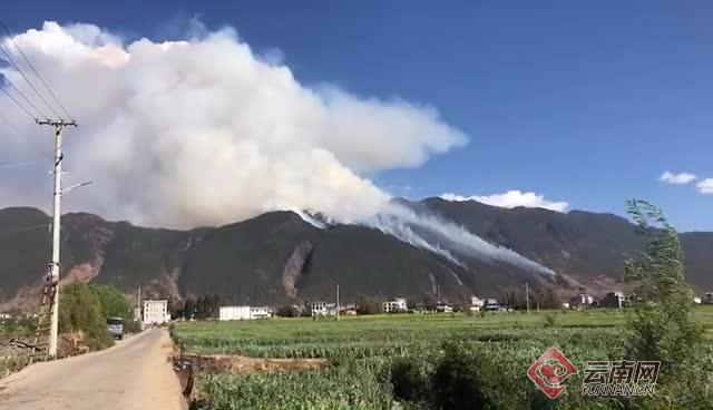云南鹤庆县辛屯镇发生山火 310人已赶赴火场扑救png