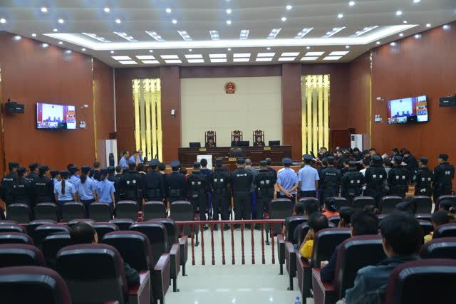 """开设""""百家乐""""赌场非法谋利 16名涉恶人员受审 (2)"""