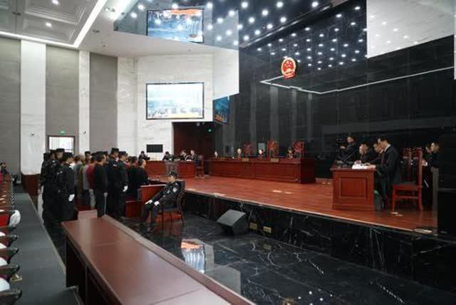 五华法院公开审理李昆宁等18被告人涉黑案3